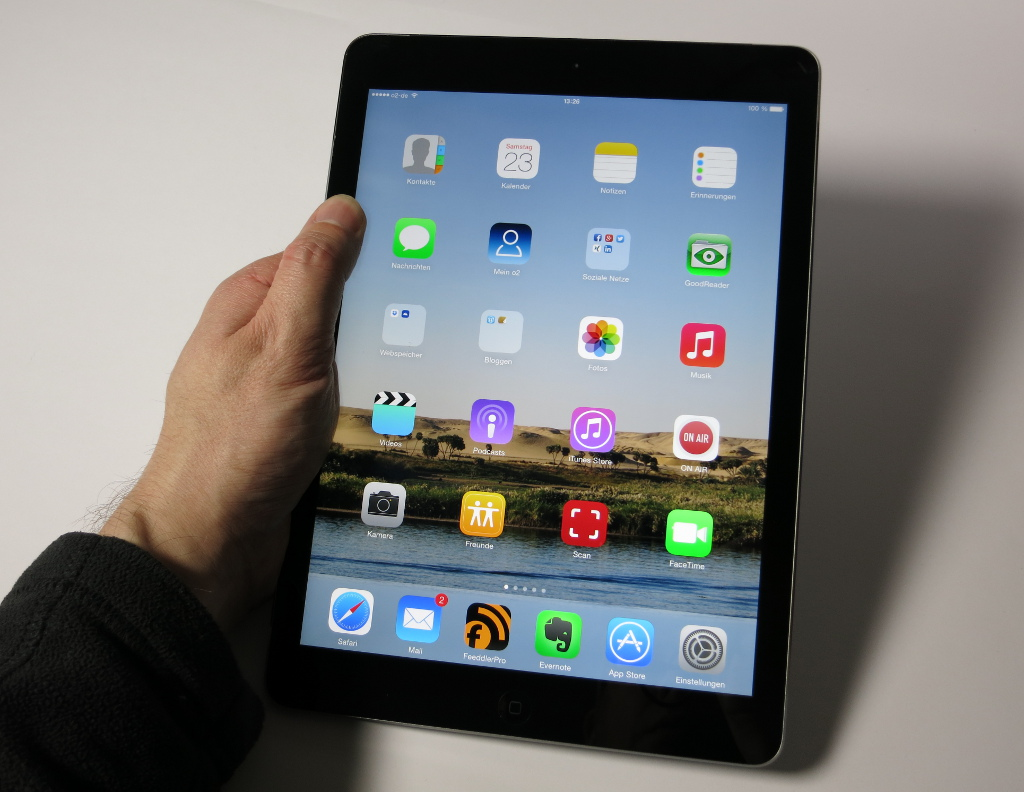 Apple iPad Air Late 2013 in Hand
