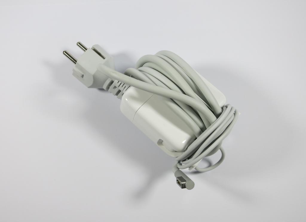 Kabelaufwicklung Apple MagSave Power Adapter mit Schuko-Stecker