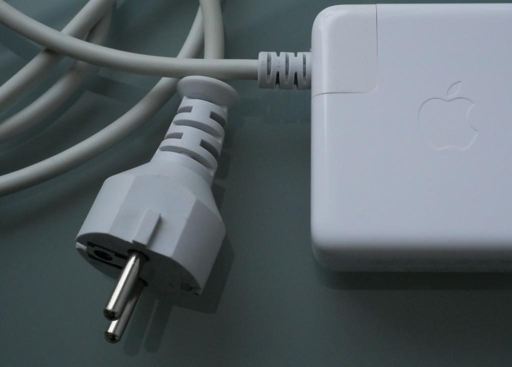 Kribbeln und Vibrieren am Gehäuse des MacBook, MacBook Pro und Air beseitigen Apple Netzteil mit Schuko-Kabel