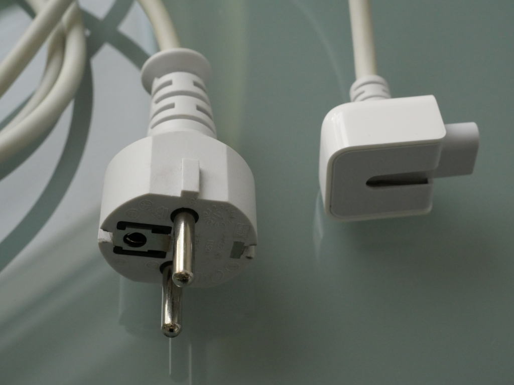 Kribbeln und Vibrieren am Gehäuse des MacBook, MacBook Pro und Air beseitigen Schuko-Kabel mit Duckhead