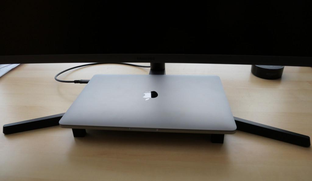 Platzsparender Ständer für MacBook Pro 13 aus dem 3D-Drucker MacBook unter Monitor