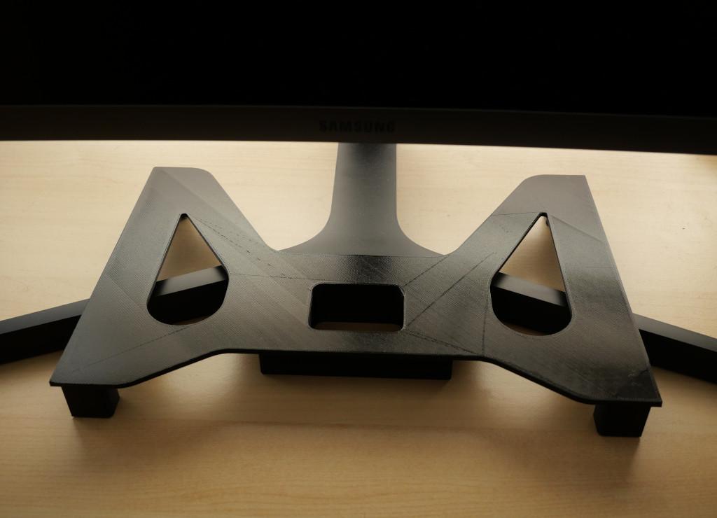 Platzsparender Ständer für MacBook Pro 13 aus dem 3D-Drucker Ständer unter Monitor