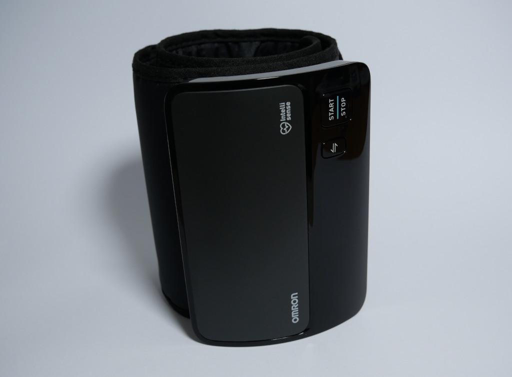 Test Omron Evolv HEM-7600T-E Bluetooth-Blutdruckmessgerät mit Apple-Health-Anbindung Evolv aufrecht