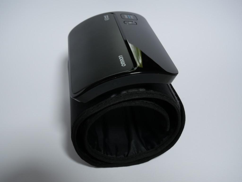 Test Omron Evolv HEM-7600T-E Bluetooth-Blutdruckmessgerät mit Apple-Health-Anbindung Evolv seitlich